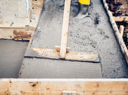 mason-building-and-leveling-first-layer-