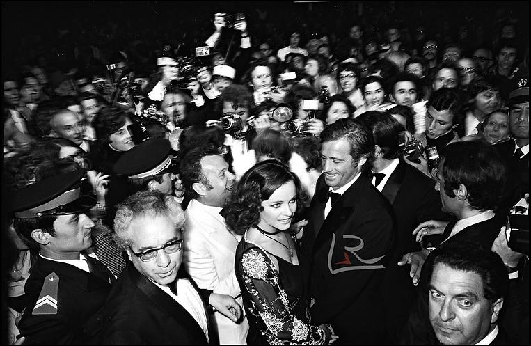 1974-JEAN PAUL BELMONDO ET SA COMPAGNE LAURA ANTONELLI AU FESTIVAL DE CANNES POUR LA PRESE