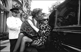 Barbara Hutton quittant l'hôtel Plaza Athénée dans les bras de son chauffeur