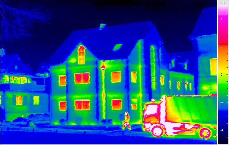 Vazamento de ar (não controlada) para dentro de ambientes através de frestas de qualquer elemento do edifício tais como janelas e portas, causado por diferenças de pressão entre esses elementos devido a fatores como vento, diferenças de temperatura interna e externa e desequilíbrio entre os sistemas de exaustão e ventilação.