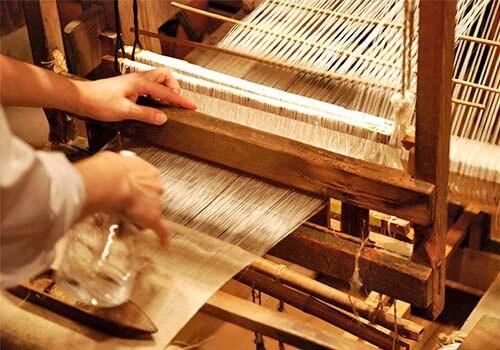 A Revolução industrial foi um conjunto de mudanças que aconteceram na Europa nos séculos XVIII e XIX. A principal particularidade dessa revolução foi a substituição do trabalho artesanal uso das máquinas.