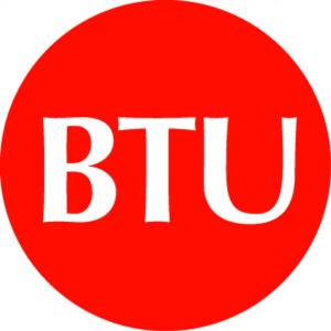 A sigla BTU vem de British Thermal Units e tem tradução equivalente à Unidade Térmica Britânica. E 1 BTU é a quantidade de calor que precisa para diminuir a temperatura de uma libra de água em um grau Fahrenheit.