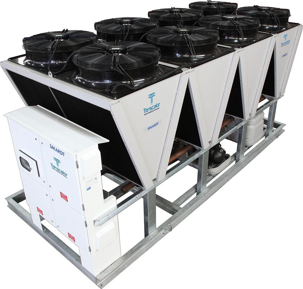 O fan-coil é análogo à unidade evaporadora, tendo a função de forçar a passagem de ar pelos tubos de água gelada, jogando ar frio para o interior do ambiente. Estes sistemas normalmente apenas refrigeram.