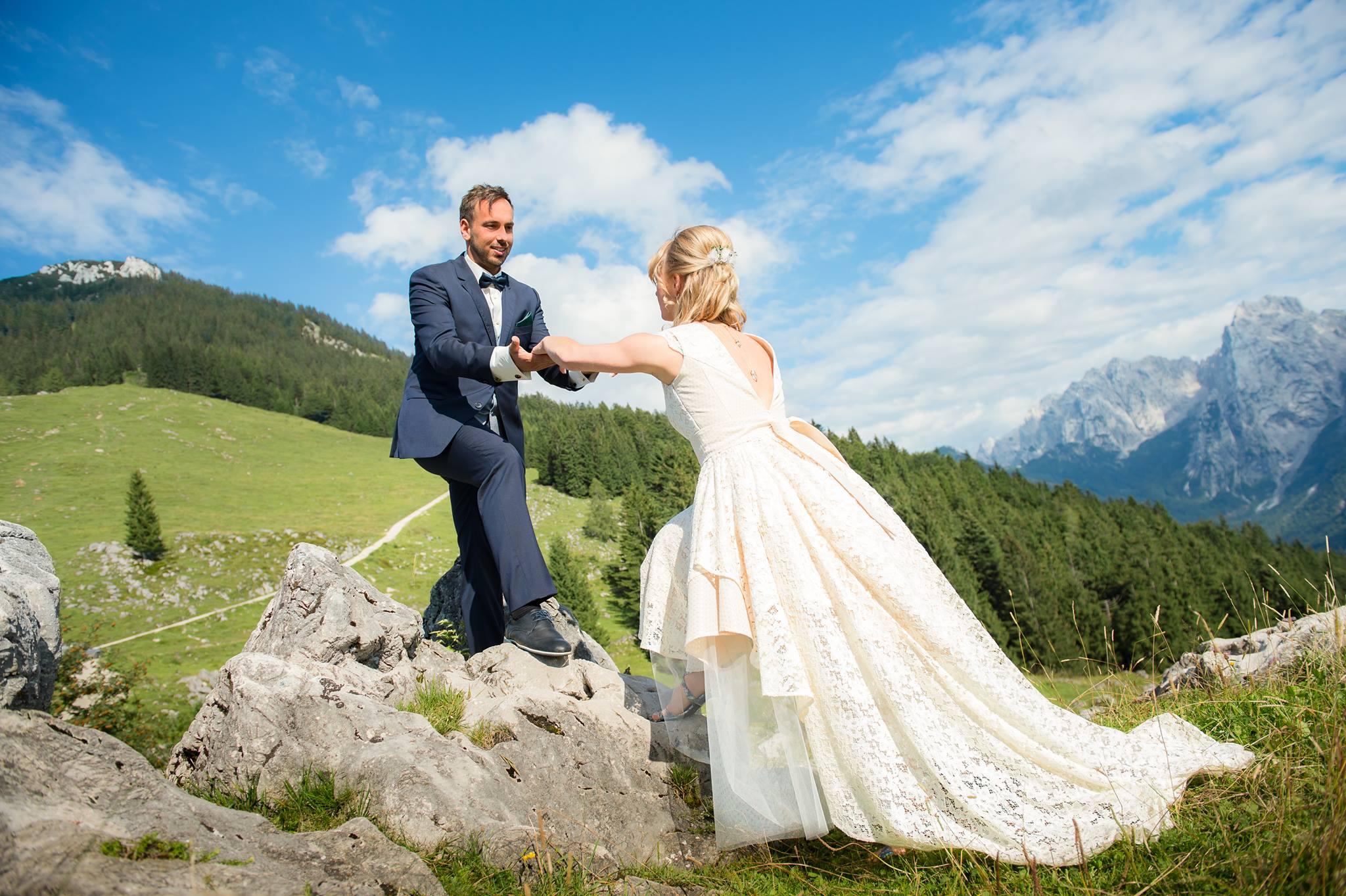 Brautkleid aus Spitze im Dirndl- und Trachten-Look | Brautkleider ...
