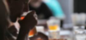 Homme dégustant une bière lors d'un cour