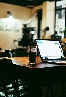 ordinateur avec bière sur une table
