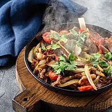Баранья лопатка с луком на раскаленной сковороде