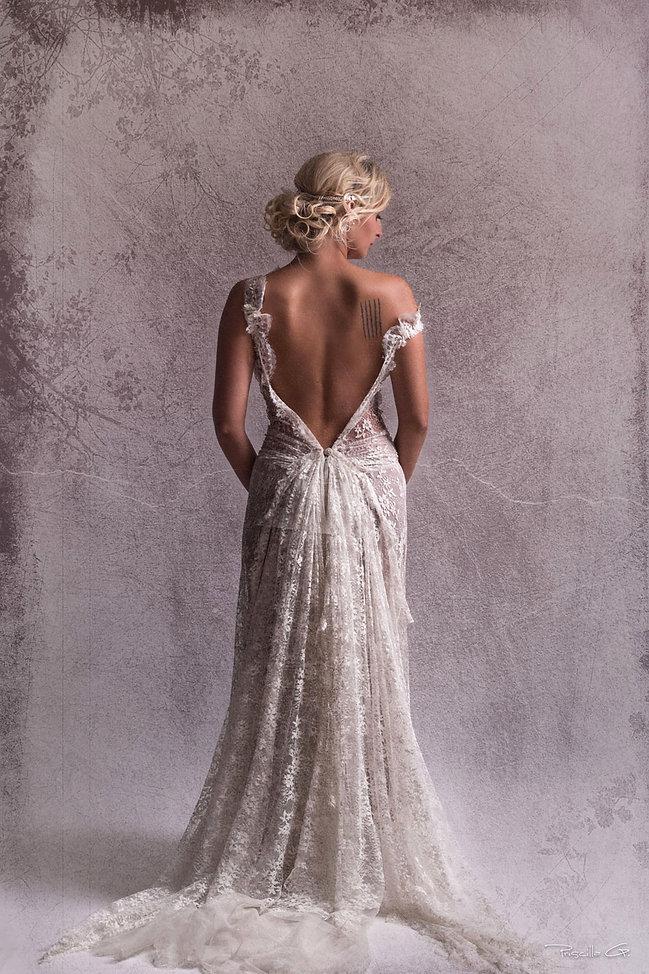 Robe de mariée dos nu Quiqui Lamothe en dentelle fine 'Lilas' tout en transparence cascade de dentelle et tulle pailleté, jupon nude