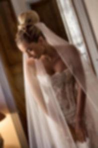 Robe de mariée bustier Quiqui Lamothe en dentelle de Calais jupon nude coiffure Jacques Artininian, photo Félicia Sisco, Aix-en-provence