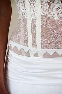 Bustier de mariée Quiqui Lamothe graphique en dentelle et galon sur organza, drapé hanches en satin de soie