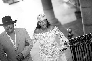 Robe de mariée bohème Quiqui Lamothe en dentelle de Calais coton boutonnée dans le dos et son bonnet de dentelle fine