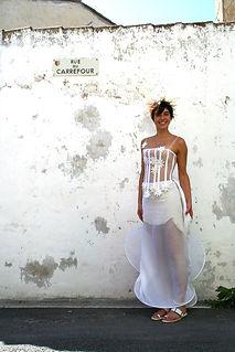 Robe de mariée Quiqui Lamothe bohème champêtre bustier à marguerites, robe transparente et cablée