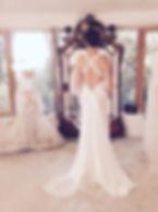 Robe de mariée dos nu croisé Quiqui lamothe, en soie fluide bordée de dentelle