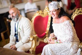 Robe de mariée dentelle bohème andalouse Quiqui Lamothe dos nu fini par un fin laçage et des petits boutons en soie, mariage bohème