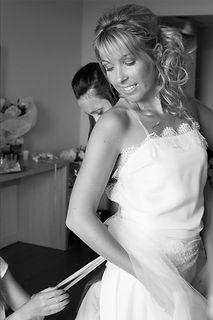 Robe de mariée dos nu croisé Quiqui Lamothe, soie fluide bordée de dentelle, mariage bohème chic, photo Sophie Bourgeix