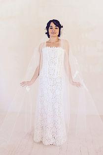 Robe de mariée dentelle Quiqui Lamothe posée sur un bustier, voile rétro en tulle froissé sur couronne de laiton