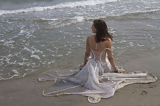 Robe de mariée Quiqui Lamothe transparente très créateur sur le thème de l'eau, bustier dos lacé, water inspiration, quiqui lamothe