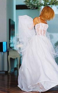 Robe de mariée bustier Quiqui Lamothe en dentelle et sa grande jupe organza, photo Félicia Sisco pour un mariage en Corse