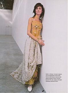Robe de mariée Quiqui Lamothe sauvage, esprit ethnic chic, en peau, organza froissé et voile plissé panthère et raphia.
