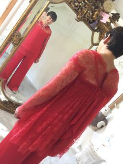 tenue-mariee-dentelle-satin-soie-rouge-brodee-sur-mesures-luxe-haute-couture-quiquilamothe-paca-aix-