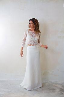 Robe de mariée Quiqui Lamothe bohème chic composée d'un haut en dentelle à manches et d'une jupe fluide taille basse en soie