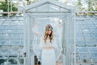 Robe de mariée bohème Quiqui Lamothe chic et son voile rétro composée d'un haut en dentelle à manches et d'une jupe fluide taille basse en soie