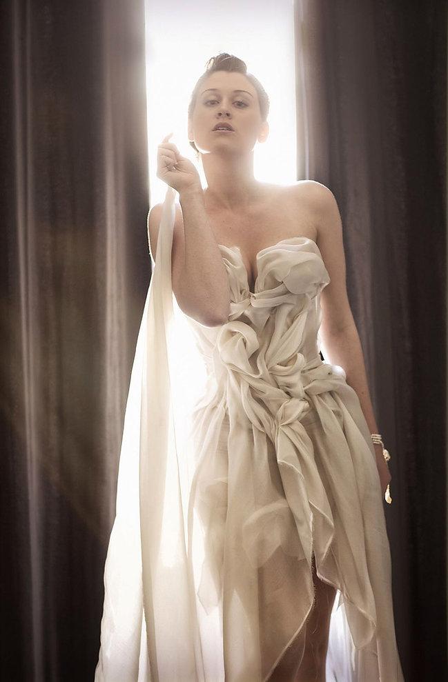 Robe de mariée Quiqui Lamothe bustier créateur et son échappée en organza satin de soie