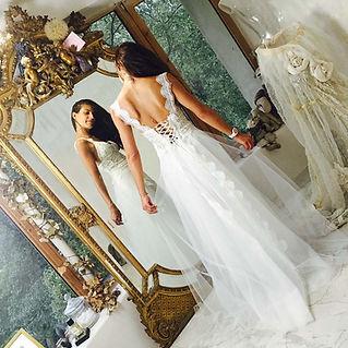 Robe de mariée dos nu lacé Quiqui Lamothe, dentelle à motifs cachemire, inspiration indoue, dentelle et tulle