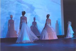 defile-quiqui-lamothe-creatrice-designer-robes-de-mariees-de-provence-structurees-transparentes-haut
