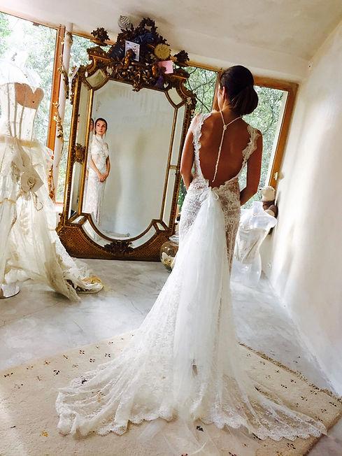 Robe de mariée grand dos nu Quiqui lamothe en dentelle fine de calais, longiligne a traine, esprit boème chic, jupon nude, bijoux Jewels by Coco