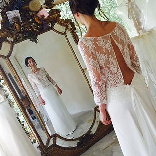 Robe de mariée dentelle dos nu et sa jupe longiligne a traine en satin de soie drapée hanches Quiqui Lamothe