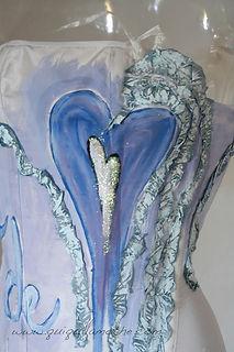 Bustier de mariée Quiqui Lamothe customisé coeur bleu après le mariage