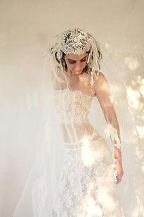 Robe de mariée dentelle à traine Quiqui Lamothe bustier transparent et son voile rétro