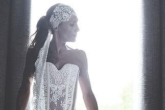 Robe de mariée dentelle bustier Quiqui Lamothe et son headband en dentelle