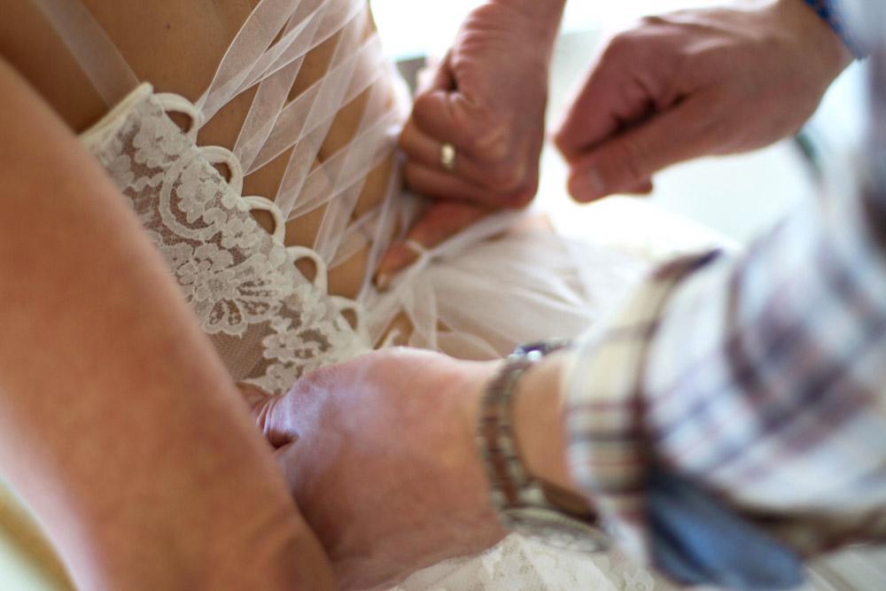laçage-couple-amour-robe-mariee-bustier-dentelle-dos-nu-lace-boheme-chic-mariage-saint-remy-quiquila