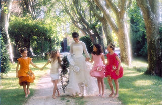 Robe de mariée bohème Quiqui Lamothe champêtre et ses enfants d'honneur à fleurs
