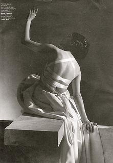 Robe de mariée Quiqui Lamothe bustier plastron et grand dos nu lacé, en satin duchesse, photo magazine Mariages