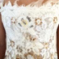 Robe de mariée dentelle ethnic chic Quiqui Lamothe, bustier plastron en dentelle de Calais customisée avec de la peinture, de la terre, de l'organza et des perles de cristal svarovskis