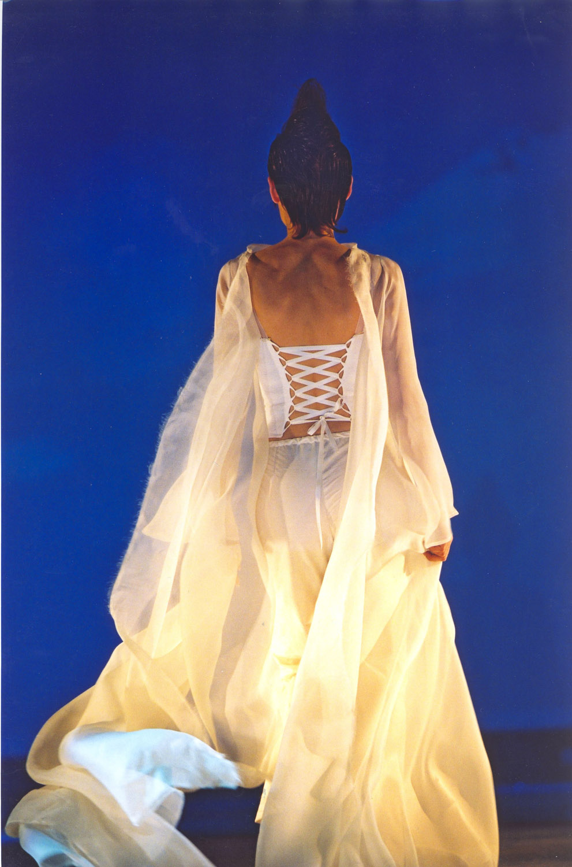 defile-quiqui-lamothe-creatrice-designer-robes-de-mariees-de-provence-pantalon-manteau-organza-maria