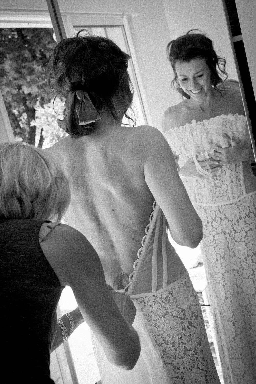 laçage-mariee-robe-boheme-chic-bustier-dentelle-dos-nu-creatrice-quiquilamothe-aix-en-provence-photo