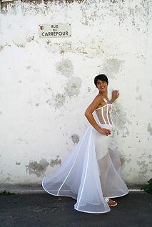 Robe de mariée bohème Quiqui Lamothe transparente et cablée, une robe structurée décorée de marguerites en organza