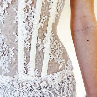 Robe de mariée dentelle Quiqui Lamothe, bustier structuré en organza plaqué de dentelle fine de Calais