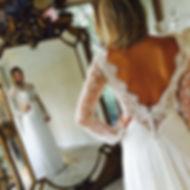 Robe de mariée dentelle et soie sur mesures Quiqui Lamothe, haut dentelle à manches dos nu boutonné et bas fluide en satin de soie, la traine se remonte