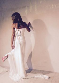 robe-mariee-bustier-simple-soie-dos-lace-sur-mesures-couture-quiquilamothe-atelier-chic-quiqui-lamot