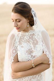 Robe de mariée bohème Quiqui Lamothe en dentelle fine et son voile rétro