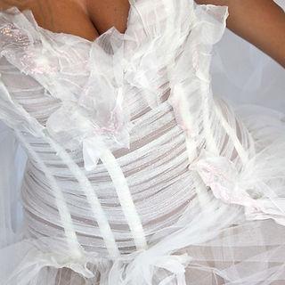 Robe de mariée Quiqui Lamothe fée clochette, zoom sur le bustier avec son drapé de tulle et ses feuilles d'organza agrémentée de poudre de fée