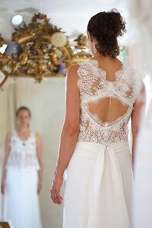 Robe de mariée bohème Quiqui Lamothe composée d'un haut en dentelle dos nu et sa jupe taille basse drapée