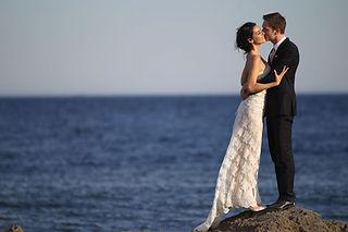 Robe de mariée Quiqui Lamothe en dentelle de calais sur jupon nude, photo Artaïs sur fond de mer méditerrannée