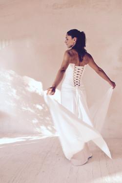 robe-mariee-bustier-drapé-soie-simple-epuree-sur-mesures-couture-jupe-fluide-hirondelle-quiquilamoth