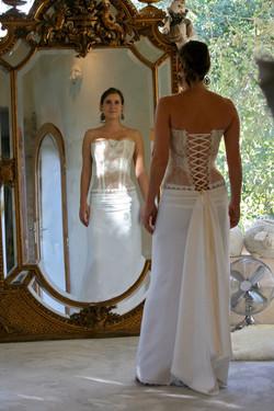 robe-mariee-createur-bustier-transparent-dentelle-dos-lace-jupe-fluide-longiligne-couture-quiquilamo